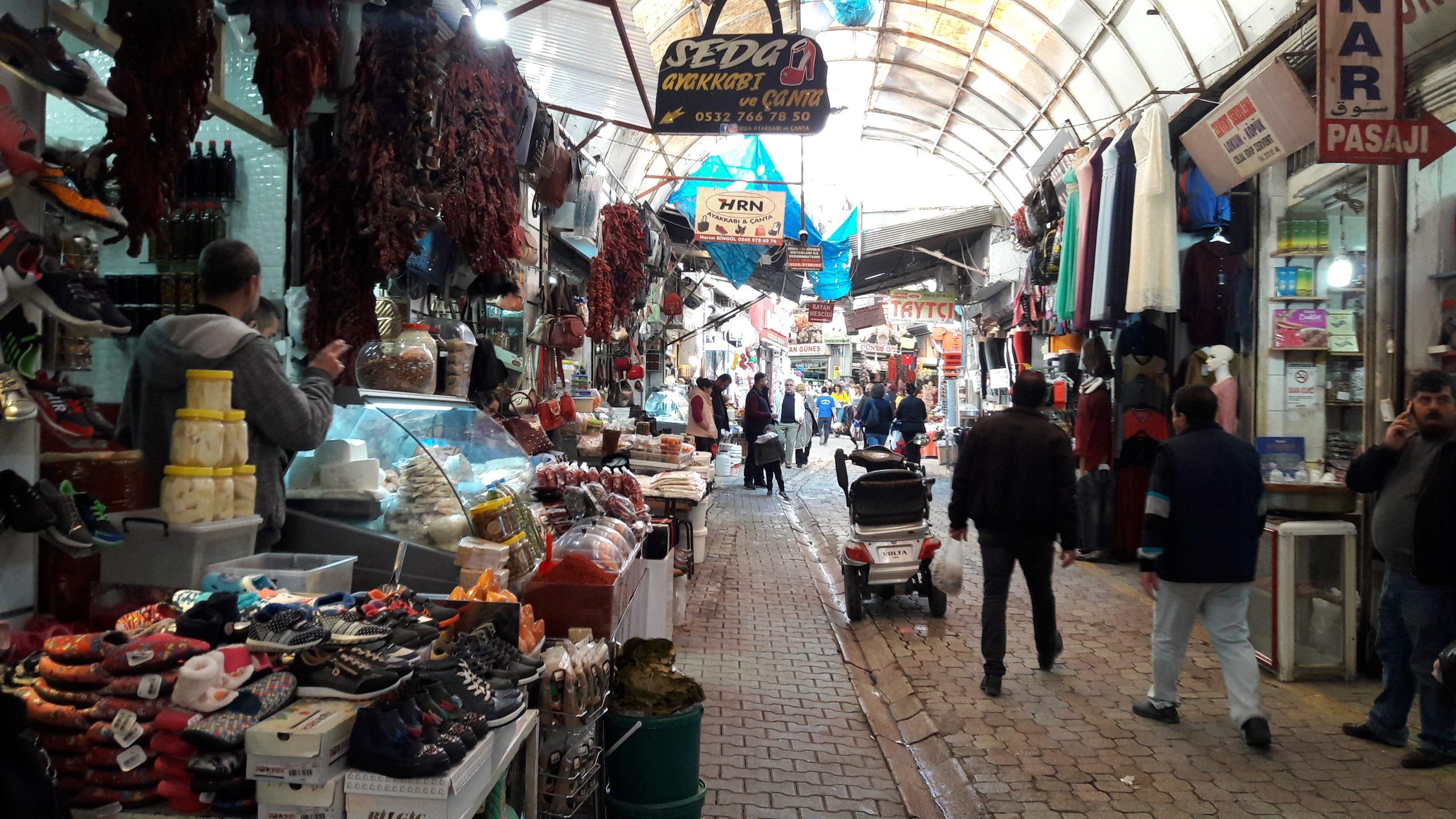 Antakya Uzun Çarşı... İşsizliğin kol gezdiği şehirde erkekler Arap ülkelerine işçi olarak gitmek zorunda kalıyor.